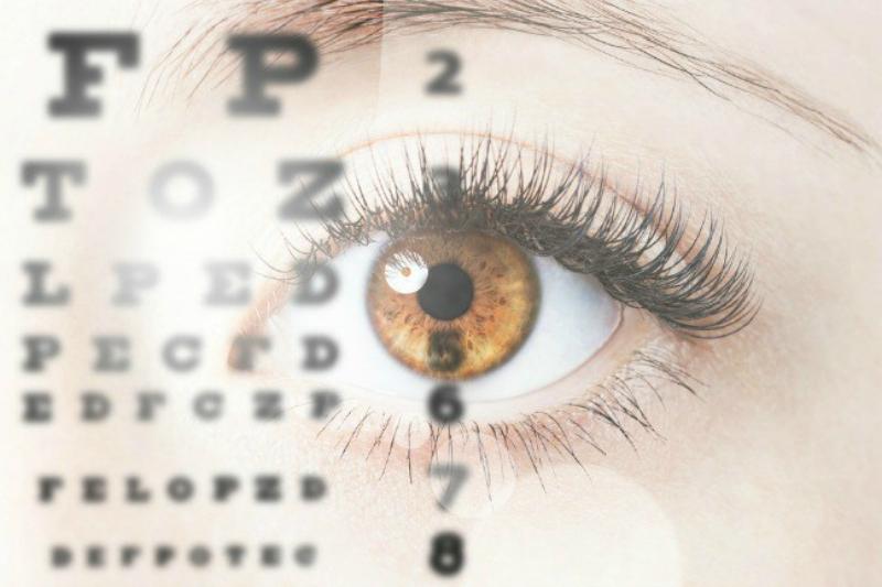 Debes hacerte un chequeo de la vista una vez al año. Alrededor de los 45, seguramente ya necesitas gafas para leer. Cómo saber si necesitas lentes de lectura