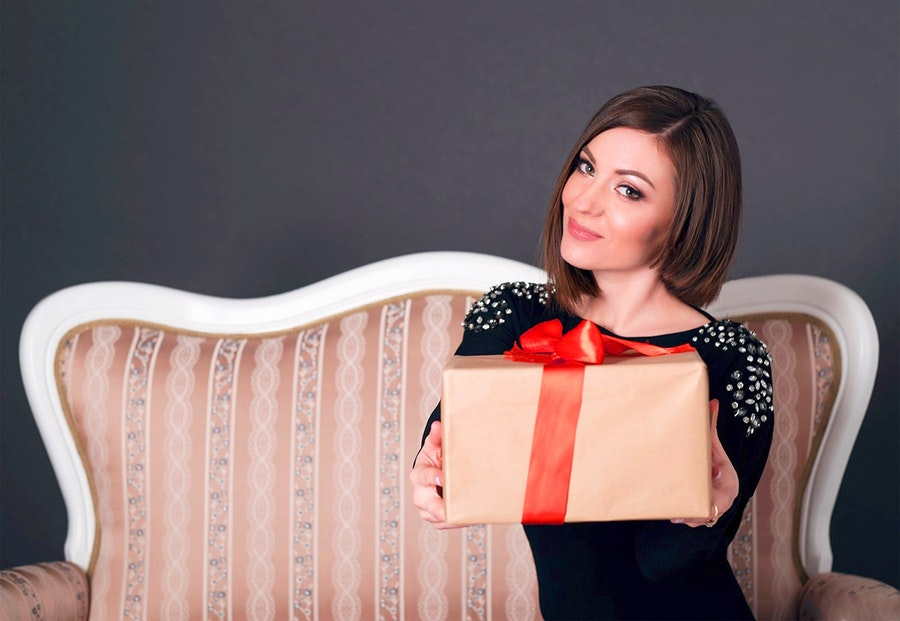 An experiential gift will be appreciated by the midlife woman in your life. Here are seven experiences that will make her remember your kind gesture year round. #gifts #midlife