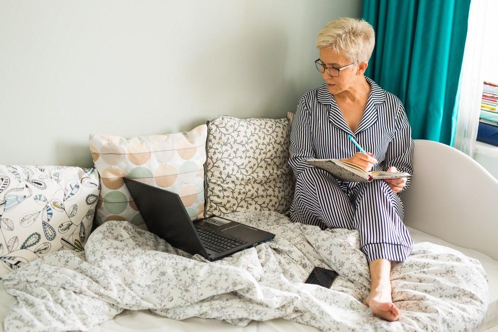 Mujer madura estudiando online