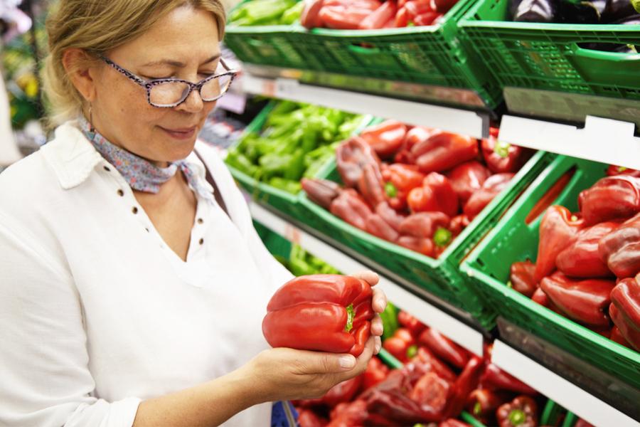 Mujer comprando en el super
