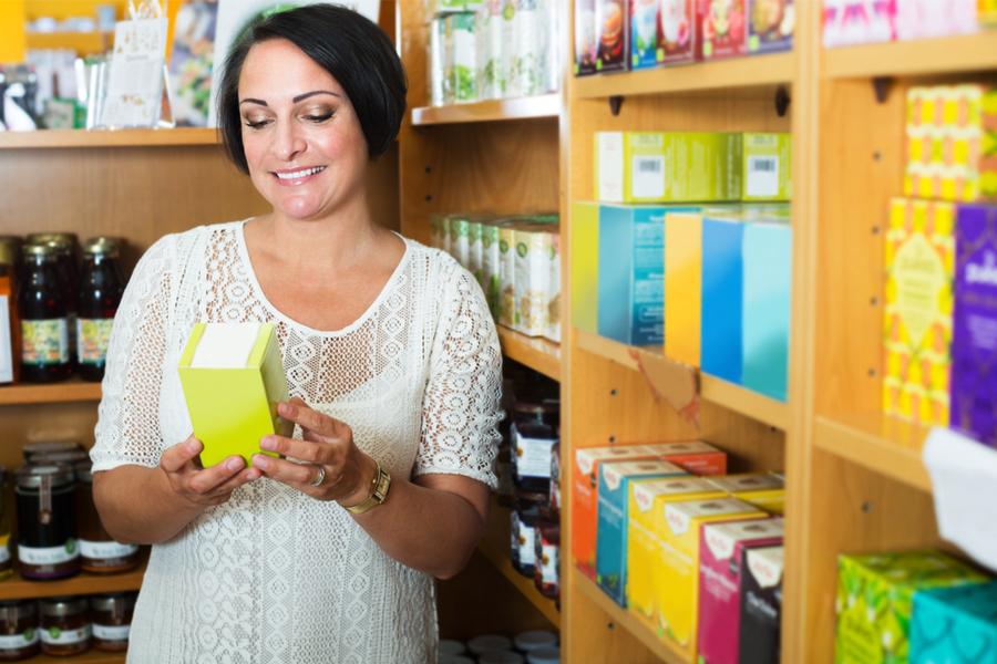 Mujer madura comprando cosas para el hogar