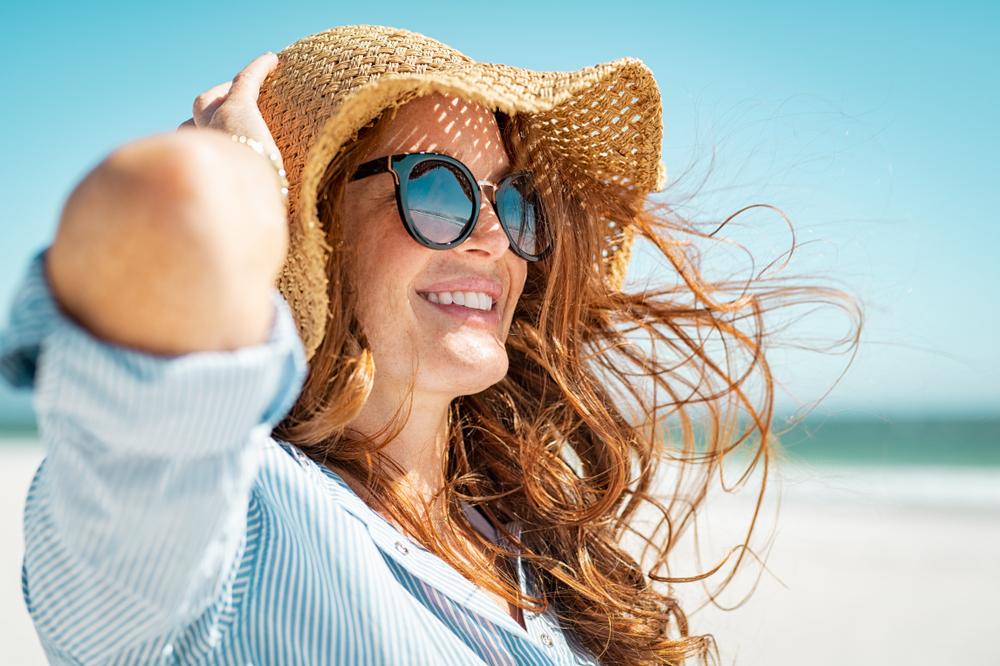 Mujer madura con gafas de sol