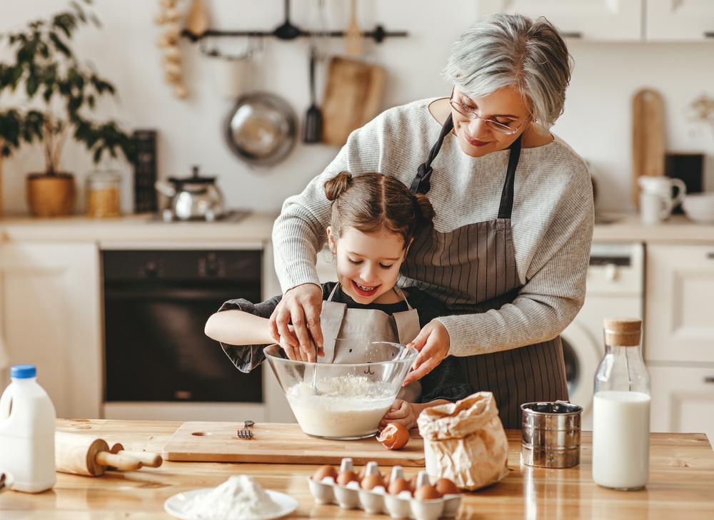 Abuela y niña cocinando