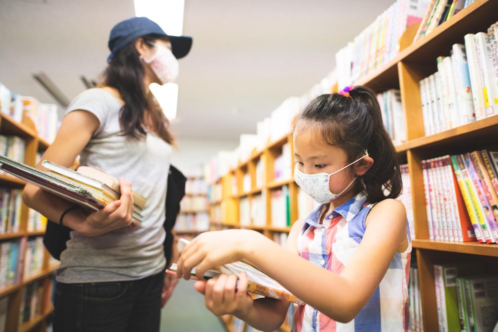 Madre e hija en biblioteca